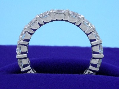 Diamond Wedding Band: 2.07 tcw Round Brilliant Cut in Shared Prong Mounting