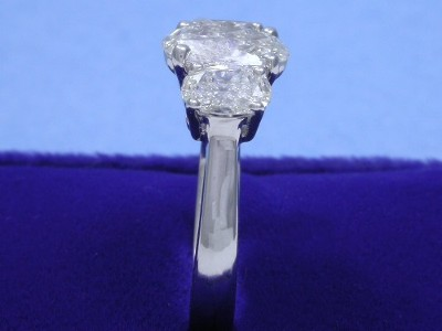 Three stone mounting with a pair of matched oval brilliant diamonds