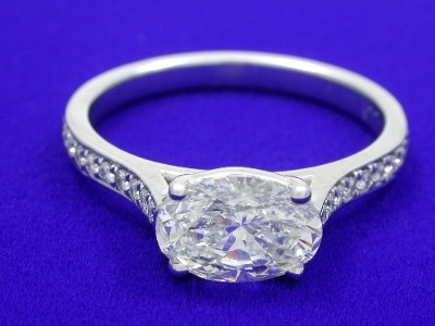 Diamond ring with 1.24 carat oval brilliant diamond