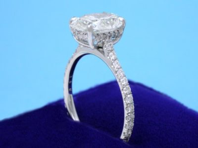 18-karat white-gold mounting featuring four-prong modified basket with 48 French-set pave diamonds