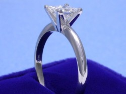 14-karat white gold four-prong solitaire style mounting