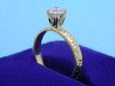 4-prong white-gold head and engraved yellow-gold shank
