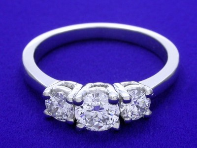 Diamond ring with 0.56 carat round brilliant diamond graded E color, VS2 clarity