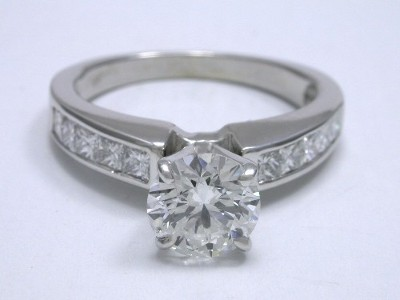 Diamond ring with 0.85 carat round diamond graded G color, SI1 clarity