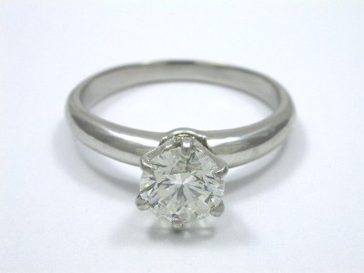 Diamond ring with 0.90-carat round brilliant diamond graded F color, SI1 clarity