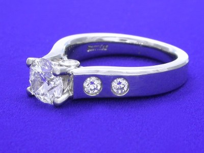 Diamond ring with 1.08 carat round brilliant diamond graded H color, SI1 clarity