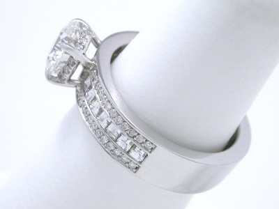 Bez Ambar designer mounting with channel-set Blaze cut diamonds in the middle of the shank and pave-set round diamonds set in the basket holding the round diamond and set on either side of the Blaze cut diamonds going half way down the shank