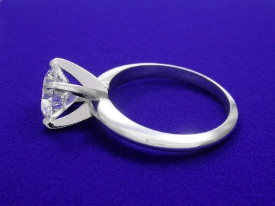 Round brilliant cut solitaire diamond engagement ring with 4-prong head and knife-edge style shank