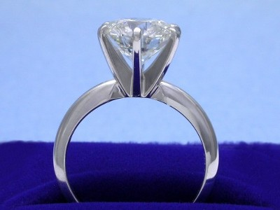 Round brilliant cut diamond engagement ring with 6-prong head and 14-karat white-gold knife-edge style shank